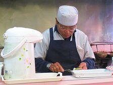 中華そばターキー ギョーザを作る店主さん.jpg